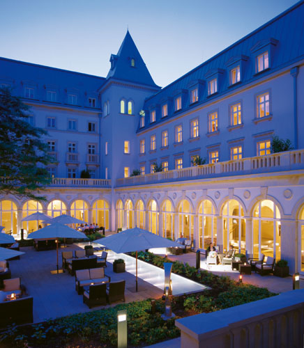 Villa-Kennedy-Frankfurt-–-Evening-in-the-courtyard-2047